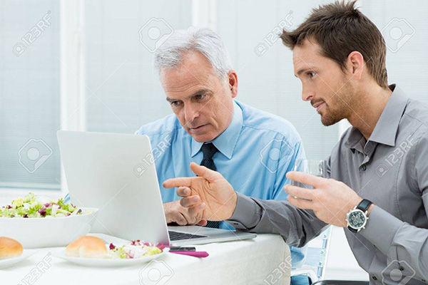 Imagen referencia de personas revisando el correo.