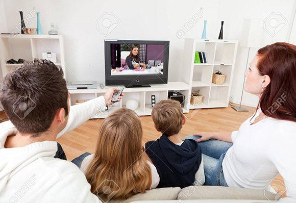 Imagen referencia de personas viendo Tv.