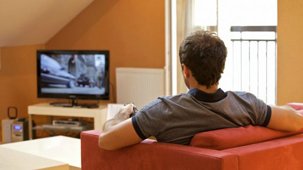 Imagen referencia de persona viendo televisión