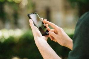 Persona consultando con su celular
